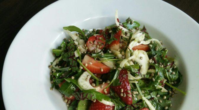 Fenchel-Rucola-Erdbeer Salat mit Hanfsamen