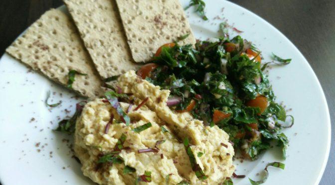 Tomate-Giersch Salat mit Humus